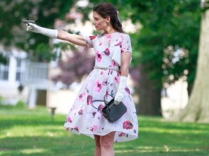 Katie Holmes en una mezcla de Pulp Fiction y Mary Poppins