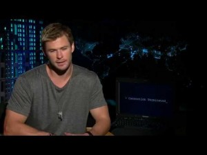 Chris Hemsworth escribe con un solo dedo